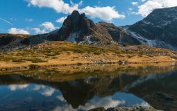Der Doppelsee - das größte im Bereich der sieben Rila Seen Stockbilder