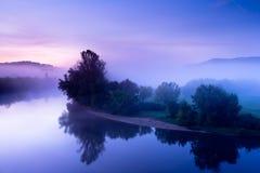Der Dordogne Fluss an der Dämmerung Stockfotografie