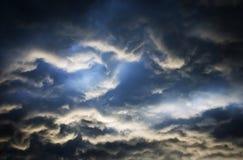 Der drastische Abendhimmel vor dem Regen Stockbilder
