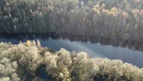 Der Draufsicht-Ansicht 4K UHD Gauja-Fluss Lettland-Luftbrummens Video stock video