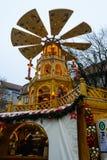 Der drehende Turm am Rindermarkt-Weihnachtsmarkt in München stockbild