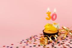 Der dreißig-Geburtstags-kleine Kuchen mit Kerze und besprüht Stockfotos