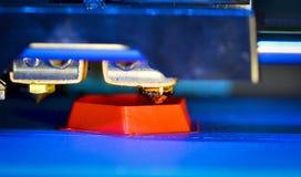 der Drucker 3d, der Rot druckt, formt Nahaufnahme Lizenzfreies Stockbild