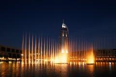 Der Dubai-Brunnen führt durch und tanzt zum Schlag der Musik lizenzfreies stockfoto