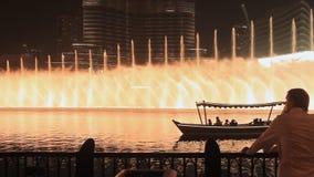 Der Dubai-Brunnen am 15. Oktober 2014 in Dubai, UAE Der Dubai-Brunnen ist der Welt-` s größte choreografierte Brunnen stock video