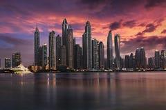 Der Dubai-Jachthafen während eines bewölkten Sonnenuntergangs stockfotos