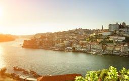 Der Duero-Fluss und die historische Mitte von Porto bei Sonnenuntergang, Portugal Lizenzfreie Stockfotografie