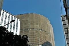 Der dunkle Beitrag und die Helligkeit des Gebäudes und seiner Kurven im Hintergrund stockfoto