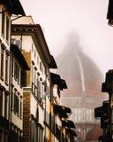 Der Duomo von Florenz auf einem nebelhaften Morgen mit einer italienischen Flagge lizenzfreie stockfotografie