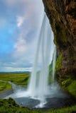 Der Durchgang zwischen Wasserfall und Felsen Stockfotografie
