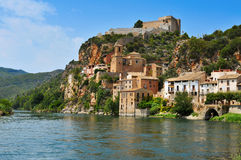 Der Ebro und die alte Stadt von Miravet, Spanien stockbilder