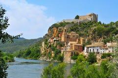 Der Ebro und die alte Stadt von Miravet, Spanien Stockfotografie