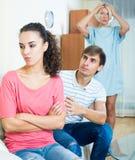 Der Ehemann, der Frau um Verzeihen nach bittet, argumentieren zuhause Lizenzfreies Stockfoto