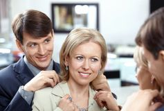 Der Ehemann mit Frau im System stockbild
