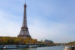 Der Eiffelturm auf der Seine in Paris, Frankreich lizenzfreie stockbilder