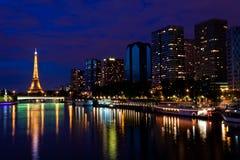 Der Eiffelturm in der Nacht stockbilder