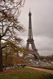 Der Eiffelturm an einem Fall-Tag lizenzfreie stockfotos