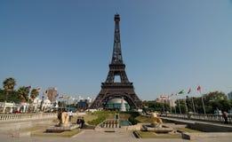 Der Eiffelturm im Fenster des Weltparks stockbild