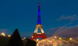 Der Eiffelturm leuchtete mit den Farben der französischen Staatsflagge Lizenzfreies Stockbild