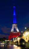 Der Eiffelturm leuchtete mit den Farben der französischen Staatsflagge Stockfoto