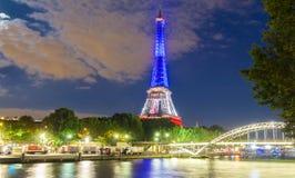 Der Eiffelturm leuchtete mit den Farben der französischen Staatsflagge Lizenzfreies Stockfoto