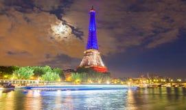 Der Eiffelturm leuchtete mit den Farben der französischen Staatsflagge, Lizenzfreie Stockfotos