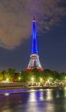 Der Eiffelturm leuchtete mit den Farben der französischen Staatsflagge, Lizenzfreies Stockbild