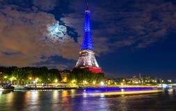 Der Eiffelturm leuchtete mit Farben der französischen Staatsflagge, Paris, Frankreich Lizenzfreies Stockfoto