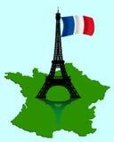 Der Eiffelturm mit einer Karte und einer Markierungsfahne von Frankreich Lizenzfreie Stockfotos