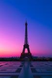 Der Eiffelturm in Paris an der Dämmerung lizenzfreies stockbild