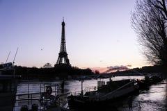 Der Eiffelturm in Paris, Frankreich am Abend Lizenzfreie Stockfotografie