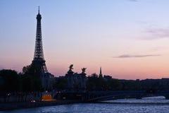 Der Eiffelturm am Sonnenuntergang stockbild