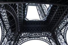 Der Eiffelturm von der Unterseite in Paris, Frankreich lizenzfreie stockfotos