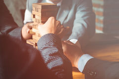 Der Eigentumssektor im Geschäft, in den Händen und in einem Holzhaus Stockbild