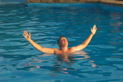 Der ein Sonnenbad nehmende Mann Stockfoto