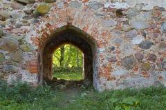 Der Eingang in der alten Kirche, Ruinen in Lettland, Embute Stockfoto