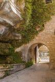 Der Eingang der Abtei von Sant Miquel del Fai in nordöstlichem Katalonien Stockbild