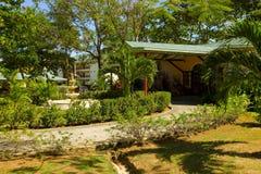 Der Eingang, der zu ein Hotel in den Windwardinseln führt lizenzfreie stockbilder