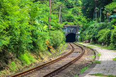 Der Eingang des Eisenbahntunnels zum Gebirgszug von Georgia Stockfotos