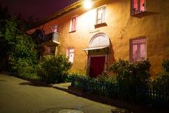 Der Eingang eines kleinen gemütlichen Hauses nachts, in Europa, altes Haus, Eingang Altes sowjetisches Haus Lizenzfreie Stockfotografie