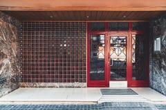 Der Eingang eines Wohnhauses lizenzfreie stockbilder