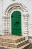 Der Eingang, gestaltet durch ein gewölbtes Perspektivenportal in der Tradition der alten russischen Architektur Lizenzfreies Stockbild