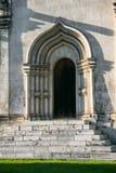 Der Eingang, gestaltet durch ein gewölbtes Perspektivenportal in der Tradition der alten russischen Architektur stockfotografie