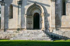 Der Eingang, gestaltet durch ein gewölbtes Perspektivenportal in der Tradition der alten russischen Architektur lizenzfreie stockfotos