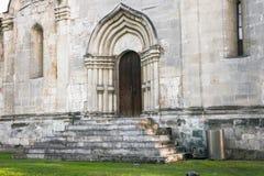 Der Eingang, gestaltet durch ein gewölbtes Perspektivenportal in der Tradition der alten russischen Architektur stockbilder