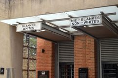 Der Eingang, symbolisch, Apartheids-Museum Tom Wurl lizenzfreie stockfotografie