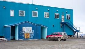Der Eingang zu einem Gemischtwarenladen schmückte mit Aufklebern am deadhorse im nördlichen Polarkreise lizenzfreie stockfotos