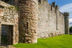 Der Eingang zum mittelalterlichen Schloss des Steins Stockbild