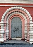 Der Eingang zum Tempel des heiligen Unmercenaries Cosmas und zu Damian in altem Paneh in der Mitte von Moskau Lizenzfreies Stockbild