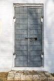 Der Eingang zur Kirche Die Tür bedeckt mit Eisen, geschlossen und mit Verschluss weggelaufen Stockbild